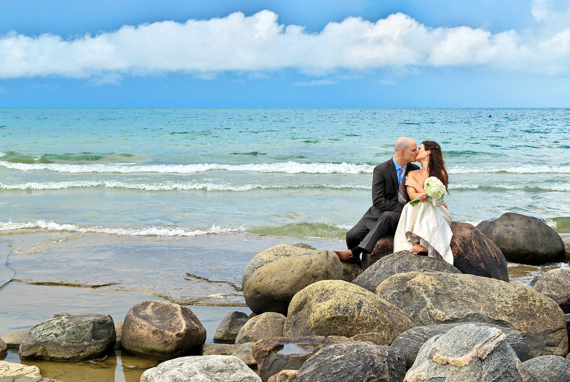 blue mountain photographer mark van dam photographs wedding couple on rocks on georgian bay in collingwood, ontario
