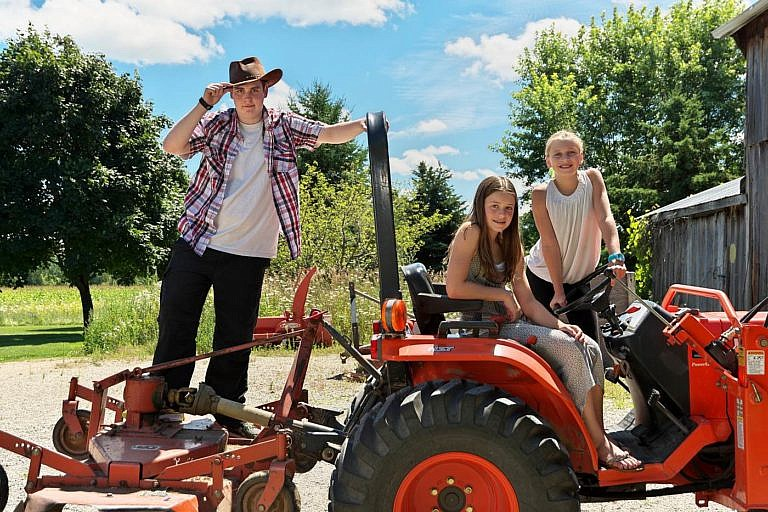 Meaford photographer family portrait session at family farm near Thornbury, Blue Mountains, and Collingwood